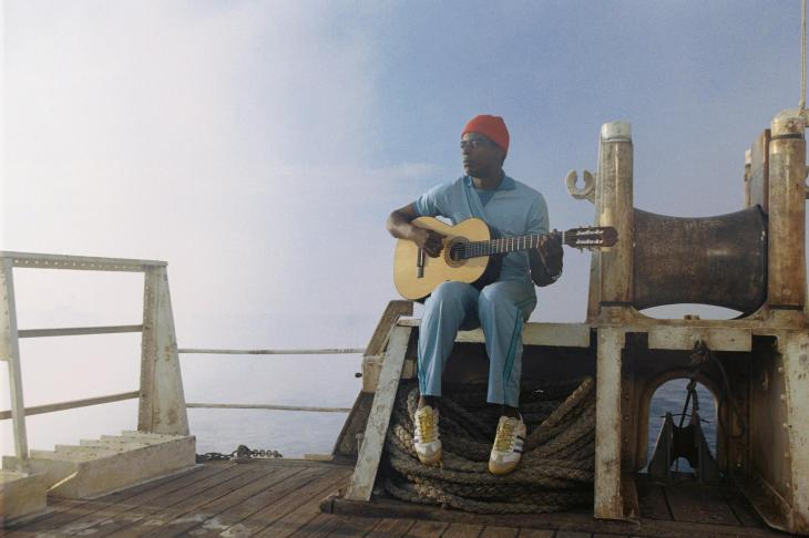 still-of-seu-jorge-in-the-life-aquatic-with-steve-zissou-large-picture
